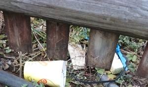 Plastikmüll am Zaun